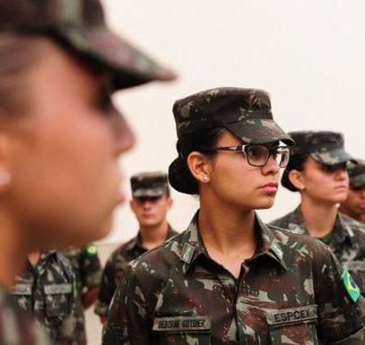 Sexo frágil? Pela primeira vez, Exército recebe mulheres para ensino militar bélico